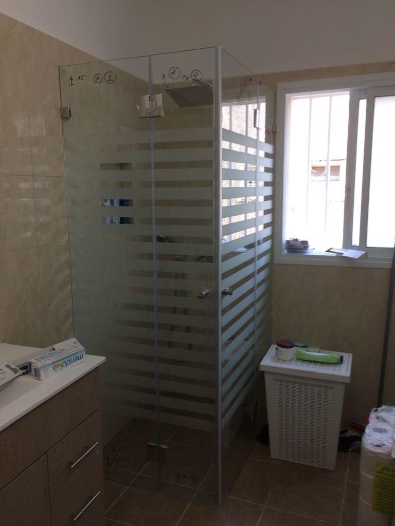 מקלחון פינתי זכוכית עם פסים