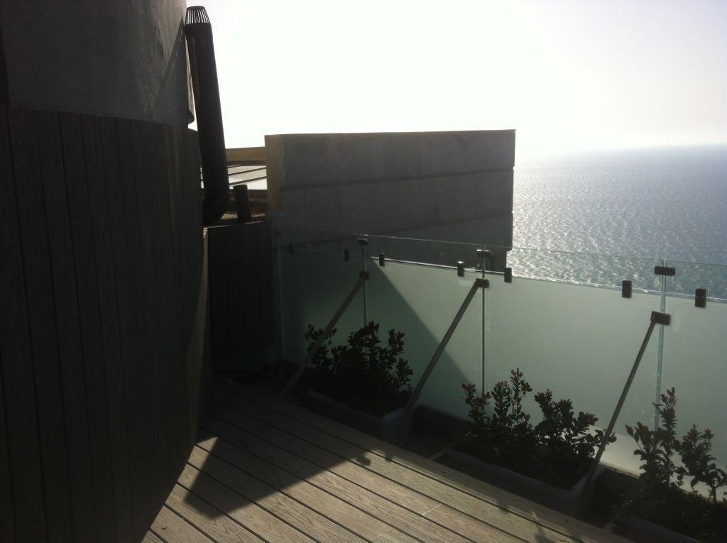 מעקות במרפסת