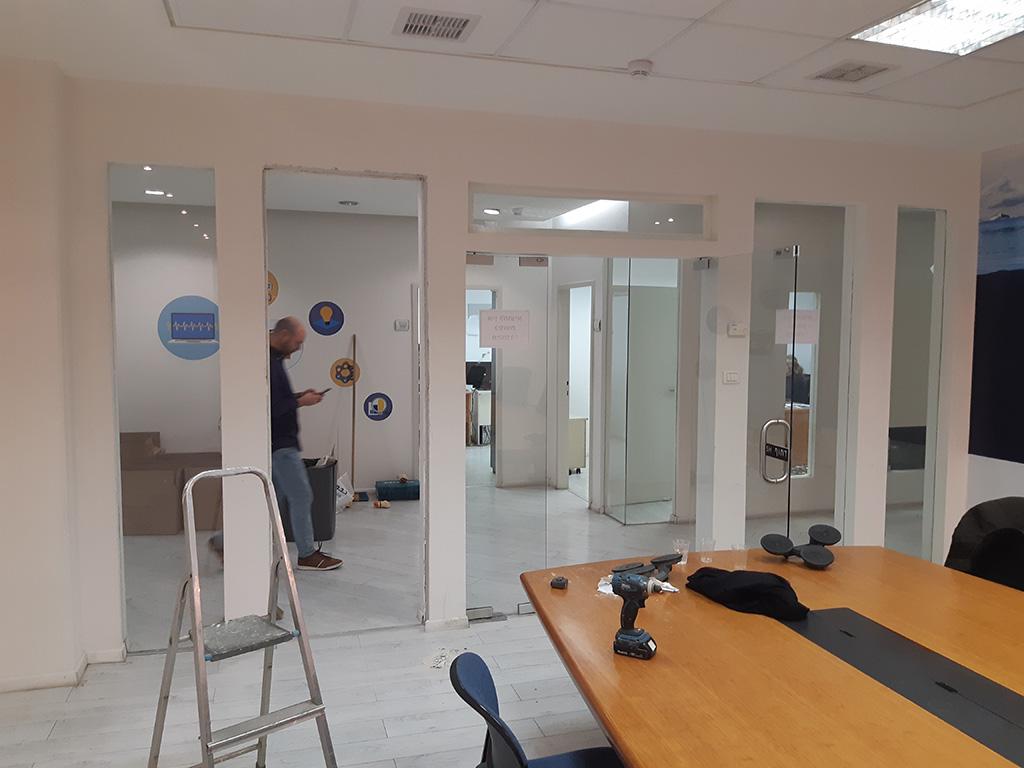 ויטרינות זכוכית במשרד