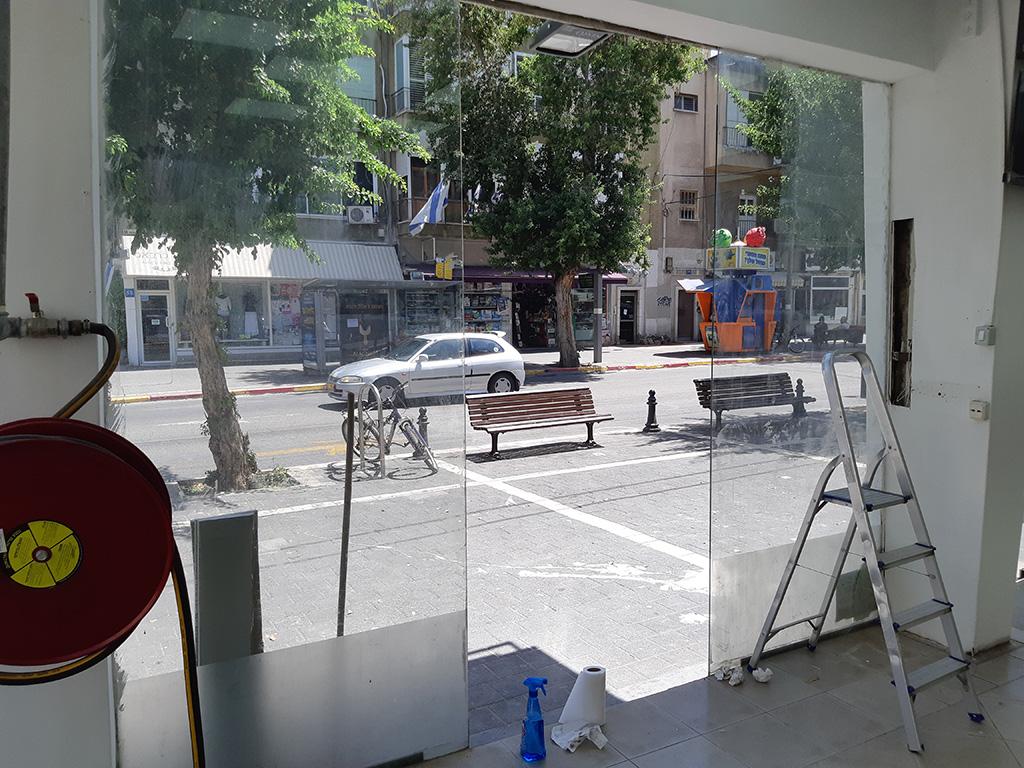 ויטרינות זכוכית בחנות