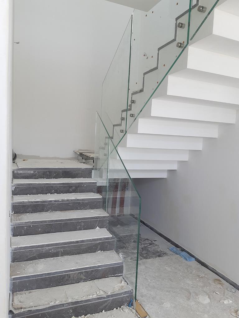 מעקה זכוכית למדרגות בבית