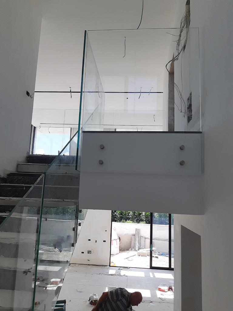 מעקות למדרגות מזכוכית איכותית