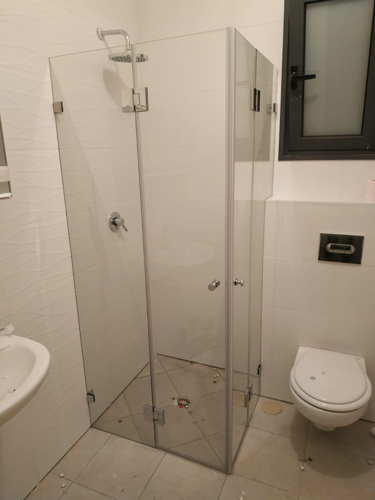 מקלחון פינתי גבוה