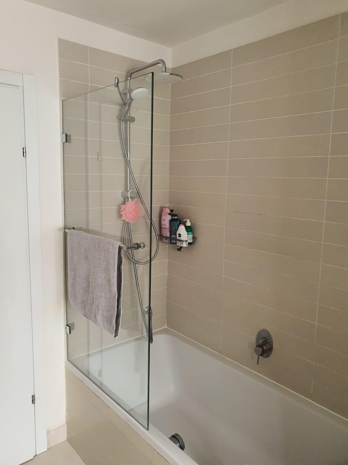 אמבטיון עם דלת זכוכית
