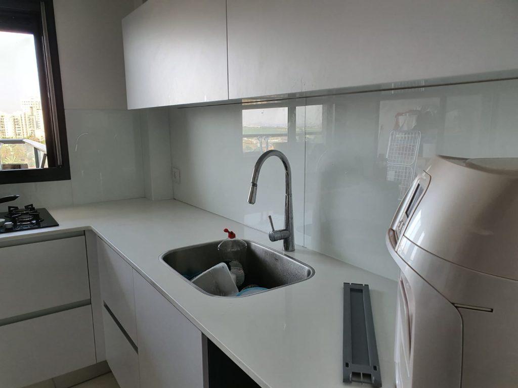 חיפוי זכוכית לבן למטבח